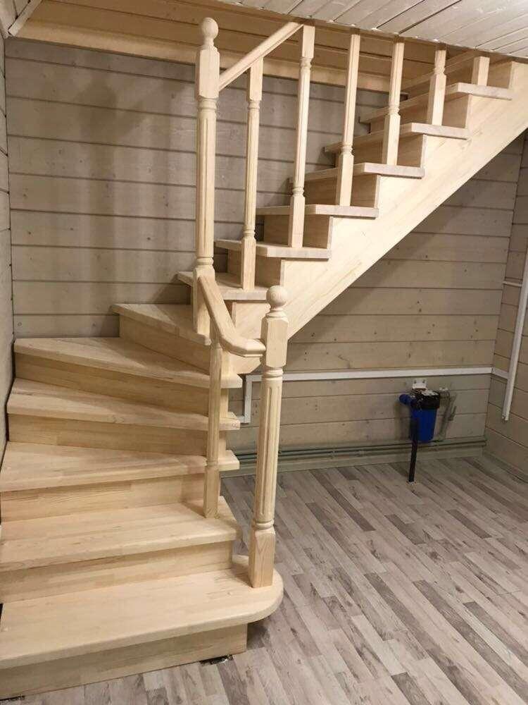 Деревянная лестница в дом из сосны