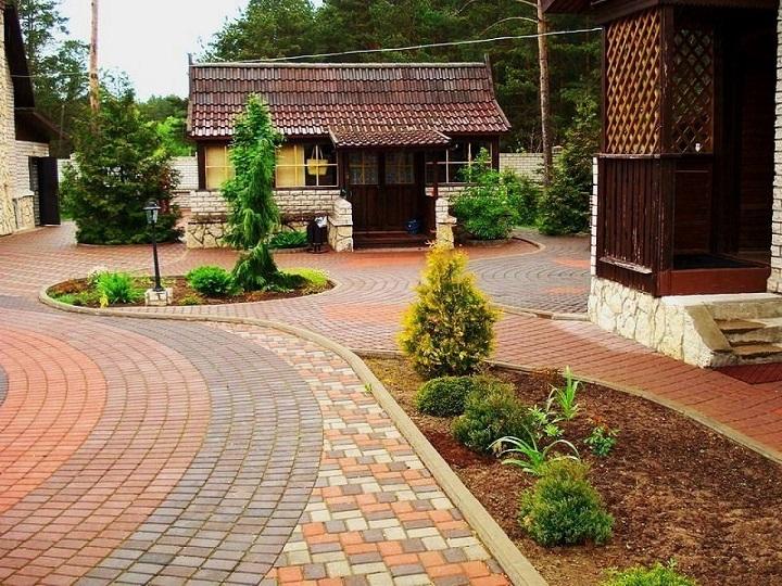 Эстетика двора после самостоятельной укладки тротуарной плитки