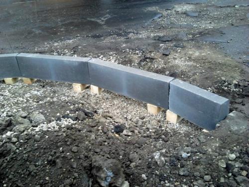 Устанавливаем тротуарный бордюр