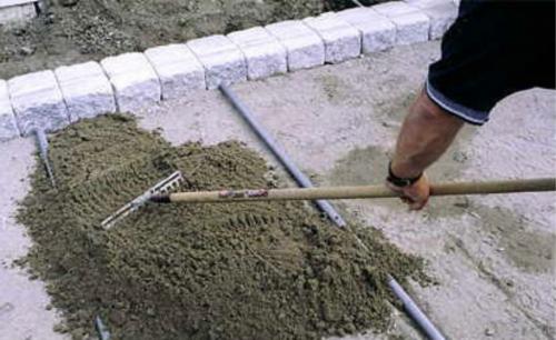 Насыпаем сухую цементно-песчаную смесь