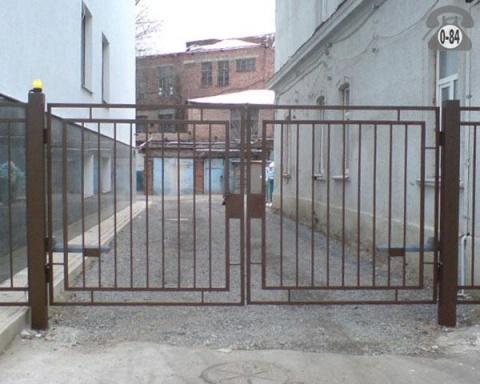 Имеют ли право закрывать воротами дворы домов?