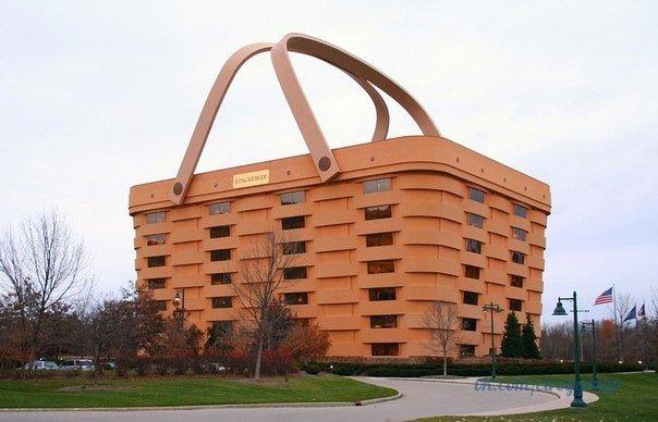 Эта огромная корзина для пикника есть не что иное, как офис компании Лонгабергер, выпускающей корзины ручного плетения, расположенный в городе Ньюарк в штате Огайо.
