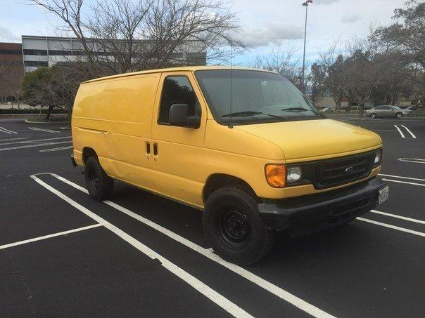 Американский студент решил съехать от родителей. Купив фургон Ford за 1000 долларов, он начал превращать его в настоящий дом-на-колесах. Небольшая кухня, кладовка под потолком, питание от солнечных батарей. Работа заняла примерно 4 месяца, но в фургоне уж