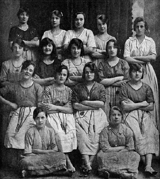 С виду это обычный черно-белый снимок, на котором позируют 15 работниц. Сделано фото в 1900 году. Всё бы ничего, но в кадр попали не 15 женщин, сможешь ли ты понять почему и найти её...